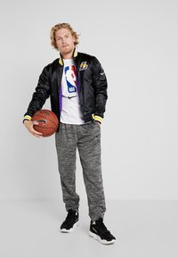 Nike Performance - NBA LA LAKERS REVERSIBLE COURTSIDE JACKET - Article de supporter - black/field purple/white - 1