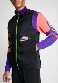 Nike Performance - WILD RUN AEROLAYER VEST - Veste sans manches - black/grey fog/reflective silver - 8