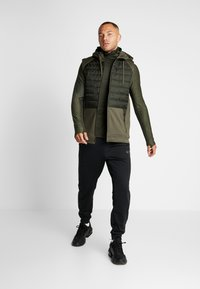 Nike Performance - THERMA VEST WINTERIZED - Waistcoat - khaki/sequoia/black - 1