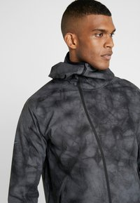 Nike Performance - SHIELD FLASH - Chaqueta de deporte - dark grey/reflect black - 3