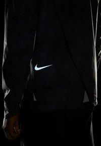 Nike Performance - SHIELD FLASH - Chaqueta de deporte - dark grey/reflect black - 4