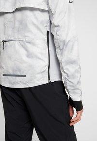 Nike Performance - AEROLOFT 2-IN-1 - Sports jacket - platinum tint/black - 9