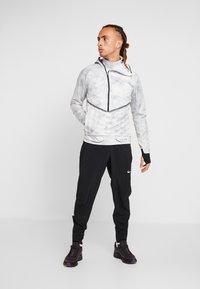 Nike Performance - AEROLOFT 2-IN-1 - Sports jacket - platinum tint/black - 1