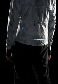Nike Performance - AEROLOFT 2-IN-1 - Sports jacket - platinum tint/black - 7