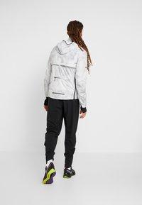 Nike Performance - AEROLOFT 2-IN-1 - Sports jacket - platinum tint/black - 2