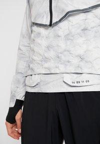 Nike Performance - AEROLOFT 2-IN-1 - Sports jacket - platinum tint/black - 5