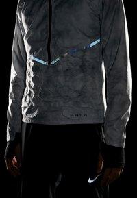 Nike Performance - AEROLOFT 2-IN-1 - Sports jacket - platinum tint/black - 6