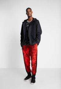 Nike Performance - LEBRON PROTECT - Kurtka Outdoor - black/team orange - 1