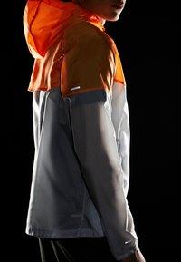Nike Performance - WINDRUNNER - Windbreaker - pure platinum/total orange/reflective silver - 6