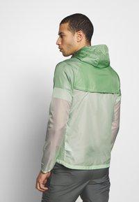 Nike Performance - WINDRUNNER - Cortaviento - pistachio frost/reflective silver - 2