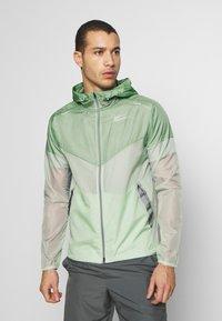 Nike Performance - WINDRUNNER - Cortaviento - pistachio frost/reflective silver - 0