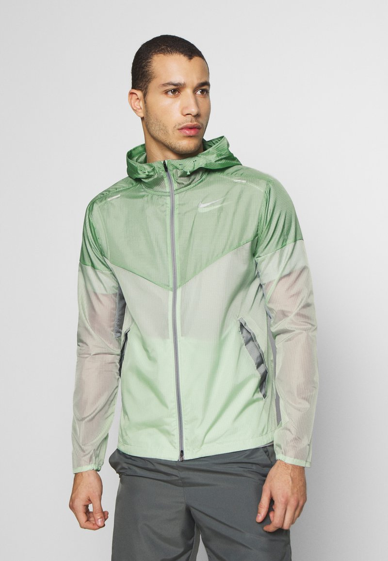 Nike Performance - WINDRUNNER - Cortaviento - pistachio frost/reflective silver