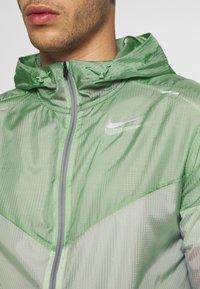 Nike Performance - WINDRUNNER - Cortaviento - pistachio frost/reflective silver - 7