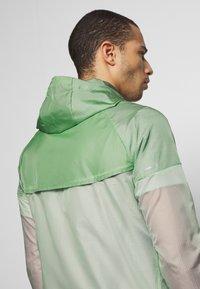 Nike Performance - WINDRUNNER - Cortaviento - pistachio frost/reflective silver - 4