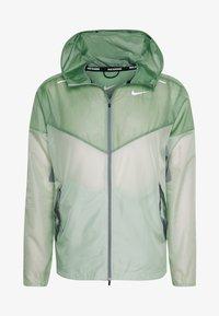 Nike Performance - WINDRUNNER - Cortaviento - pistachio frost/reflective silver - 6