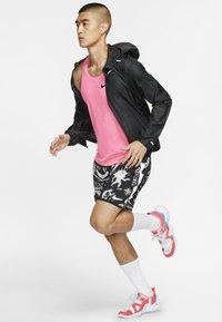 Nike Performance - WINDRUNNER - Veste coupe-vent - black/black/black - 1