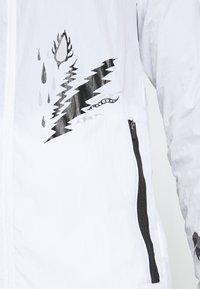 Nike Performance - WILD  - Juoksutakki - white/reflective silver - 3