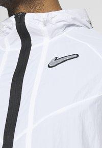 Nike Performance - WILD  - Juoksutakki - white/reflective silver - 5
