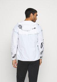 Nike Performance - WILD  - Juoksutakki - white/reflective silver - 2