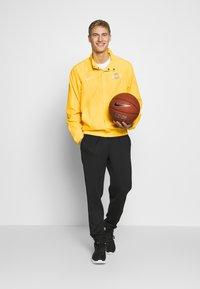 Nike Performance - NBA LOS ANGELES LAKERS CITY EDITION JACKET - Equipación de clubes - amarillo/white - 1