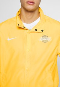 Nike Performance - NBA LOS ANGELES LAKERS CITY EDITION JACKET - Equipación de clubes - amarillo/white - 5