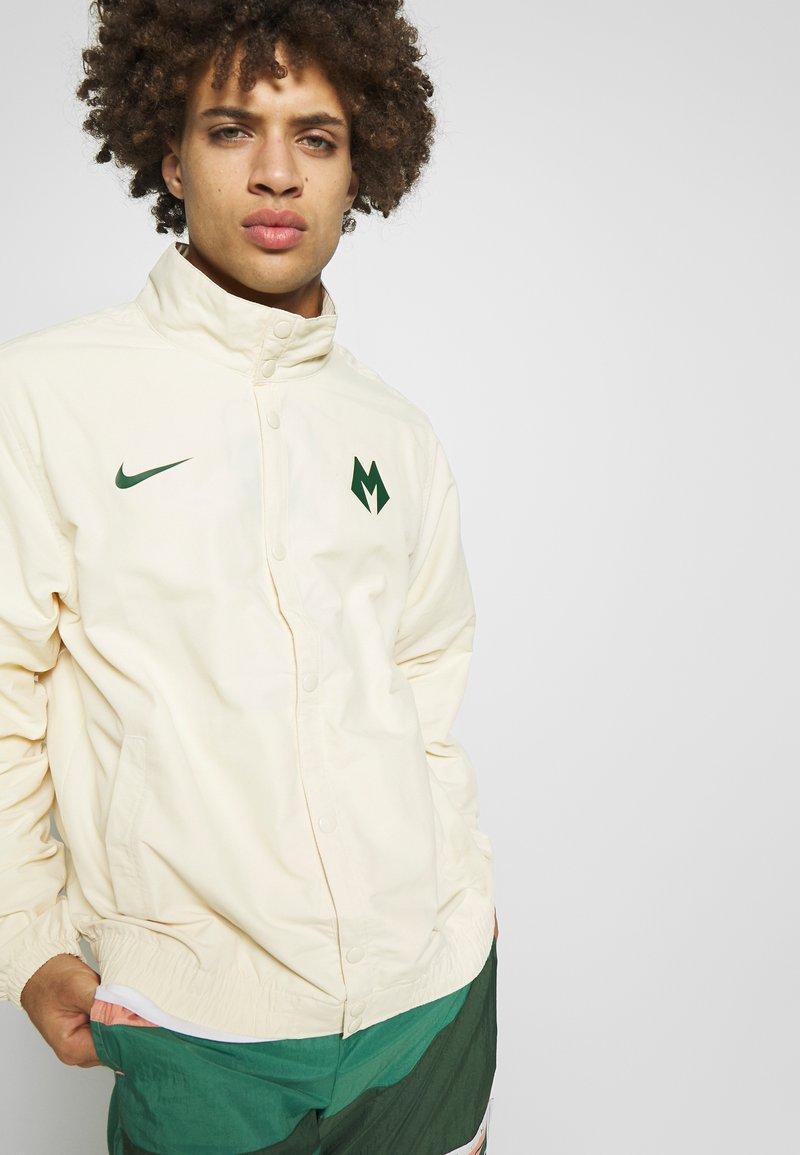 Nike Performance - NBA MILWAUKEE BUCKS CITY EDITION JACKET - Treningsjakke - flat opal/fir
