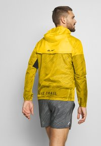 Nike Performance - TRAIL - Veste coupe-vent - speed yellow/black - 2