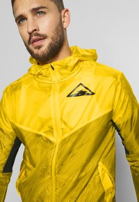 Nike Performance - TRAIL - Veste coupe-vent - speed yellow/black - 4