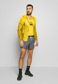 Nike Performance - TRAIL - Veste coupe-vent - speed yellow/black - 1