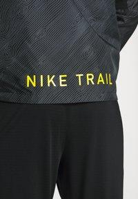 Nike Performance - TRAIL - Veste coupe-vent - black/laser crimson - 4
