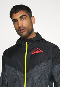 Nike Performance - TRAIL - Veste coupe-vent - black/laser crimson