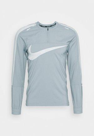 WILD RUN - Tekninen urheilupaita - football grey/reflective silver
