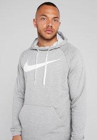 Nike Performance - DRY PO - Jersey con capucha - dark grey heather/white - 4