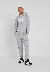 Nike Performance - DRY PO - Jersey con capucha - dark grey heather/white - 1