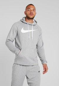 Nike Performance - DRY PO - Jersey con capucha - dark grey heather/white - 0