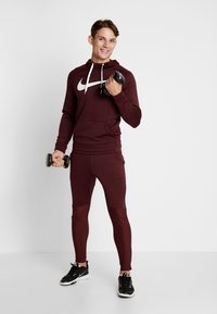 Nike Performance - DRY PO - Jersey con capucha - night maroon/burgundy ash/white - 1