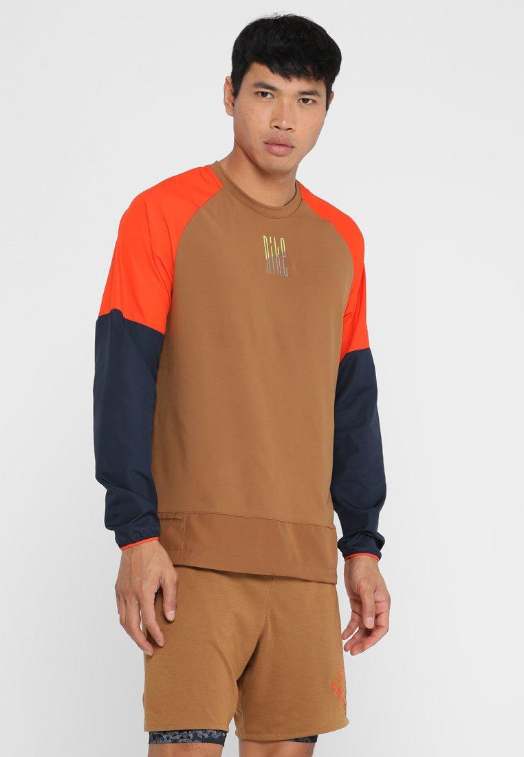 Nike Performance - WILD RUN CREW - Funktionsshirt - ale brown/team orange/obsidian/silver