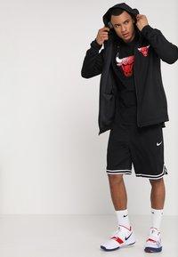 Nike Performance - NBA CHICAGO BULLS THERMAFLEX SHOWTIME HOODY FULL ZIP - Träningsjacka - white /black/anthracite - 1