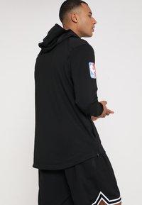 Nike Performance - NBA CHICAGO BULLS THERMAFLEX SHOWTIME HOODY FULL ZIP - Träningsjacka - white /black/anthracite - 2