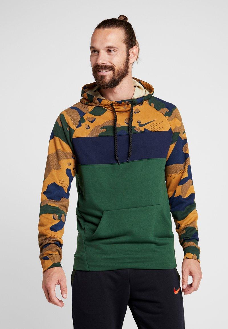 Nike Performance - DRY CAMO - Jersey con capucha - wheat/obsidian/cosmic bonsai
