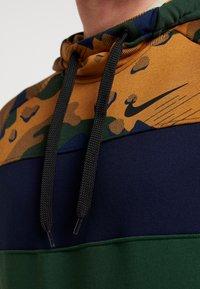 Nike Performance - DRY CAMO - Jersey con capucha - wheat/obsidian/cosmic bonsai - 4