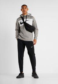 Nike Performance - THERMA - Jersey con capucha - dark grey heather/black - 1