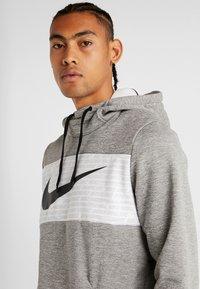 Nike Performance - THERMA - Jersey con capucha - dark grey heather/black - 3