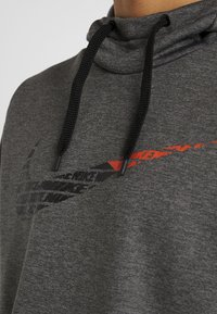 Nike Performance - THERMA  - Hoodie - charcoal heathr - 4