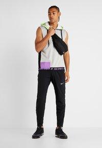 Nike Performance - THERMA SL - Vesta - grey heather/light smoke grey/bright violet - 1