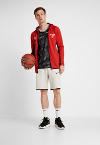 Nike Performance - NBA CHICAGO BULLS THERMAFLEX - Article de supporter - university red/black/white - 1