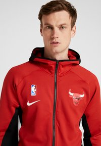 Nike Performance - NBA CHICAGO BULLS THERMAFLEX - Article de supporter - university red/black/white - 4