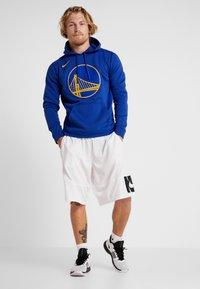 Nike Performance - NBA GOLDEN STATE WARRIORS LOGO HOODIE - Article de supporter - rush blue - 1