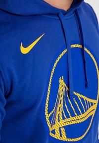 Nike Performance - NBA GOLDEN STATE WARRIORS LOGO HOODIE - Pelipaita - rush blue - 4