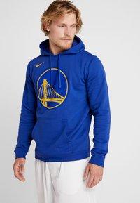 Nike Performance - NBA GOLDEN STATE WARRIORS LOGO HOODIE - Pelipaita - rush blue - 0